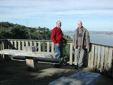 "Guillermo ""Willy"" Kuschel y Juan E. Barriga-Tuñón Auckland NZ (ago 2004)"